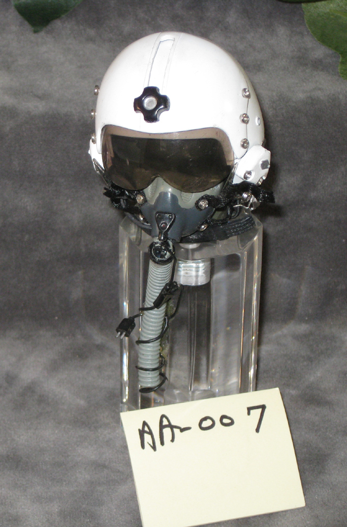 pilot helmet on acrylic base - Click Image to Close